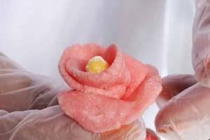 Например можно сделать сладкие розочки.