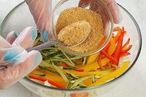 Посыпать слегка коричневым сахаром, дать постоять 2-3 минуты.