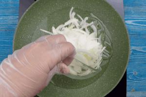 На разогретой с растительным маслом сковороде обжарить репчатый лук до золотистого цвета.