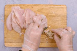 Куриную грудку нарезаем стейками толщиной 2-3 см.