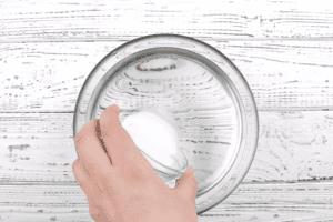 Для холодного тузлука смешиваем воду и соль.