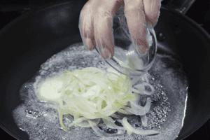 Сливочное масло растопить на сковороде. Обжарить лук.