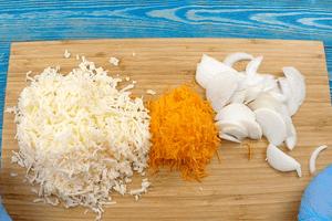 Сыр и морковь натереть на крупной терке, лук нарезать тонкой соломкой.