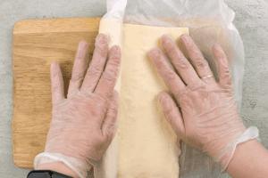 Готовое тесто раскатать до толщины 3-4 мм.