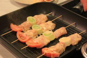 Нанизать на шпажки с кольцами лука порея. Обжарить на разогретой до 175С сковороде-гриль с двух сторон по 3-4 минуты.