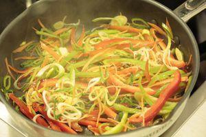 На разогретой с оливковым маслом сковороде обжарить белые грибы до полуготовности, посолить, поперчить, затем добавить овощи, мелко нарезанную зелень. Обжарить до мягкости овощей.