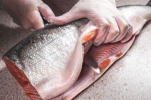 Рыбу (потрошеную, без головы) разморозить естественным способом на нижней полке холодильника. Промыть, обсушить бумажным полотенцем. Разрезать острым ножом вдоль хребта на 2 филе.