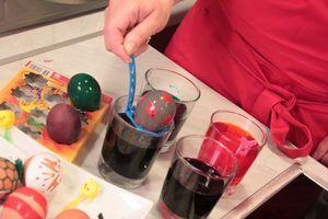 2.Покраска природными красителями: например, розовый цвет дает сок свеклы; бледно-желтый - лимон, апельсин, морковь; желтый - листья березы, цветки календулы. Зеленый цвет придает шпинат и крапива; синий - краснокочанная капуста и красный лук; Бежевый цвет - кофе. Некоторые красители не дают интенсивный цвет, поэтому в таких отварах яйца оставляют на ночь. Налейте в кастрюльку воду, добавьте уксус 1ст.л и натуральный краситель. Доведите до кипения. Дайте отвару настояться минут 30.