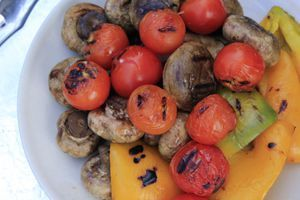 Овощи нарезать крупными кусочками, посолить, поперчить, сбрызнуть маслом. (баклажаны посыпать солью, оставить на 5-10 минут, отжать). Обжарить рядом с колбасками на решетке до золотистого цвета.