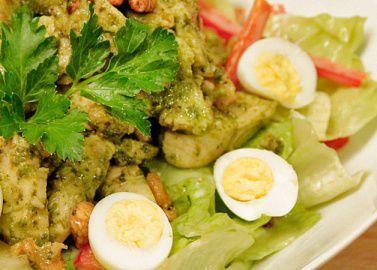 Салат с куриной грудкой в соусе Песто