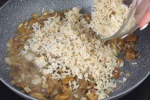Грибная начинка: рис отварить до готовности, лук репчатый нарезать крошкой, грибы нарезать небольшими кусочками. На разогретой с растительным маслом сковороде обжарить лук и грибы, посолить, поперчить, добавить рис, прогреть пару минут и снять с огня. По желанию можно добавить мелко нарезанную зелень.
