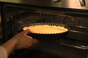 Охлажденное тесто вынуть из холодильника, сделать проколы зубочисткой в нескольких местах и поставить выпекать в разогретую  до 180 С духовку. на 15-20 минут, до готовности коржа.