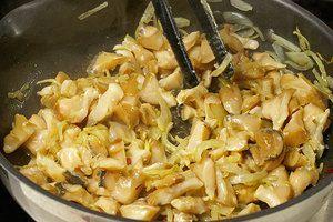 Добавить моллюска и обжаривать 1-2 минуты