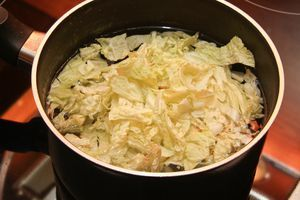 Приготовить бульон на основе комбу и грибов шиитаке. Пекинскую капусту нарезать тонкой соломкой, удалив жёсткие части, и отварить в бульоне до полу готовности