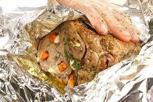 Обмазать пряной смесью мясо, плотно завернуть фольгой
