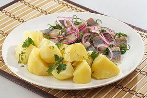 При подаче полейте картофель растопленным сливочным маслом с укропом. Рядом выложите селедочку и маринованный лучок.