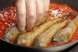 В готовый маринад выложить обжаренную рыбу.