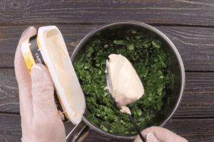 Затем добавить плавленный сыр и хорошо перемешать.