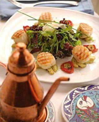Гребешок в корочке из фенхеля с артишоками и домашними вялеными помидорами