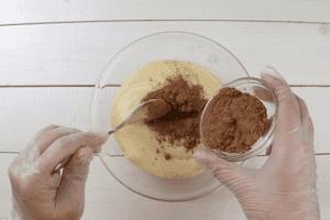 Тесто разделить на 2 части, в одну часть добавить какао, другую оставить белой.