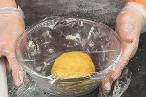 Замешиваем тесто, также накрываем пленкой и даем «отдохнуть» 15-20 минут.