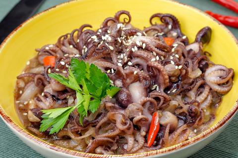 Мини-осьминоги в остром соусе