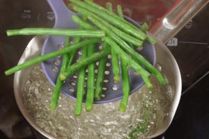 Бланшировать в течение 1,5-2 минут в кипящей воде фасоль и брокколи. (Если овощи замороженные, то просто разморозить).
