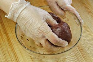 К сухой смеси добавьте размягченное масло, перемешайте. Затем влейте яичную смесь, замесите тесто.