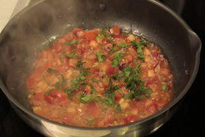 Приготовить соус: красный лук нарезать мелким кубиком, обжарить на оливковом масле до мягкости, затем добавить резанные томаты, морскую соль, перец и нарезанный базилик.