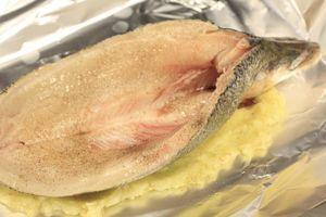 Аккуратно разрезать рыбу по спинке вдоль кости от головы до хвоста, не дорезая до конца. Вырезать с помощью ножниц косточку. Промыть, удалить внутренности