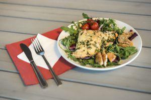 Выложить на украшенную зеленью и овощами тарелку готовое филе горбуши и обжаренные молоки или икру.