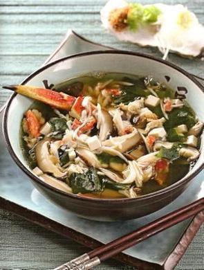 Японский суп с водорослями и крабом