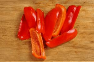 Красный перец очистить от семенной коробки, нарезать на полоски, шириной 1,5-2см.