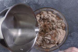 В мучную смесь влить кипяток, быстро перемешивая тесто.