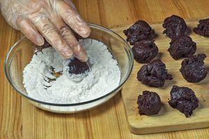 Из холодного теста скатайте небольшие шарики, примерно 3см в диаметре, обваляйте в сахарной пудре.