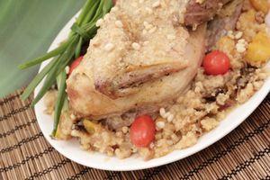 Готовую цесарку подать с овощами на тарелке с гарниром из фруктового кус куса.
