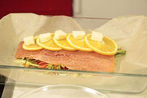 На рыбу - кружочки апельсина и кусочки оставшегося сливочного масла.