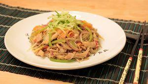 Осталось обжарить лапшу с мясом и овощами еще пару минут. Теперь можно укладывать все на красивую тарелку.