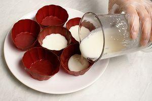 В силиконовые формочки на 1/3 влить молочное желе. Поставить на 5-7 минут застыть в холодильник.