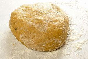 Замесить пластичное тесто. Чем дольше и активнее перемешивать тесто, тем более воздушными будут пряники