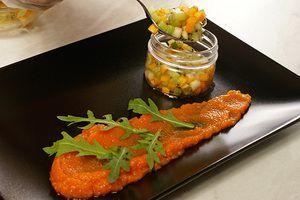 На украшенную морковным пюре и рукколой тарелку выложите фруктовый тар-тар с помощью кондитерского кольца или импровизированной пластиковой формочки