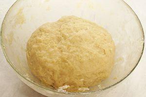 Накройте тесто пищевой пленкой и оставьте на 60 минут в теплом месте для подьема