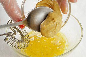 Приготовьте домашний соус для бургера: для этого хорошо взбейте перепелиные яйца с солью, перцем и горчицей