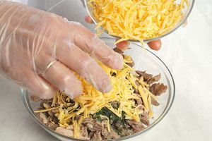 Приготовьте начинку для кесадильи : смешайте индейку, мелко нарезанную зелень и сыр.