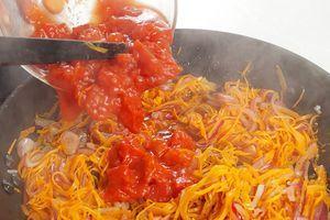 Затем добавить нарезанные томаты, потушить 2-3 минуты.