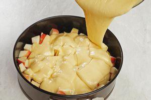 Посыпьте яблоки ванильным сахаром, затем залейте тестом. Поставьте в разогретую до 180С духовку на 20-25 минут.
