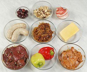 Для мясной начинки: говядину нарежьте поперек волокон пластиками, толщиной примерно 0,5-0,7см. Замаринуйте в оливковом масле, чесноке и соевом соусе. Свинину нарежьте тоже пластиками, замаринуйте в оливковом масле, чесноке и соусе барбекю.