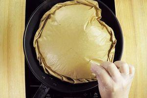 Жарить на сухой сковороде с одной стороны 3-4 минуты, затем накрыть крышкой и аккуратно перевернуть на другую сторону. Для золотистого цвета рыбы, в пергаменте можно сделать проколы зубочисткой.