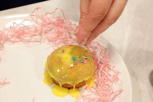 Смазать готовые кексы глазурью, украсить посыпкой.