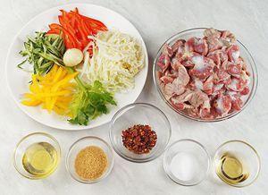 Желудки разморозить естественным способом на нижней полке холодильника, зачистить, промыть. Отварить в кипящей подсоленной воде до готовности. Овощи нарезать тонкой соломкой.